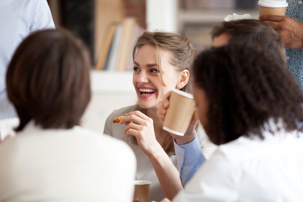 Kaffehygge på kontoret med mennesker der griner og  snakker